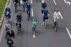 Cyklist` ståtar i Magdeburg, Tyskland f.m. 17 06 2017 Dag av handling Många personer med barn rider cyklar i centrum Arkivbilder