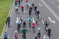 Cyklist` ståtar i Magdeburg, Tyskland f.m. 17 06 2017 Många personer av olika ålderrittcyklar Royaltyfri Bild
