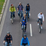 Cyklist` ståtar i Magdeburg, Tyskland f.m. 17 06 2017 Många personer med barn rider cyklar i centrum Royaltyfri Foto