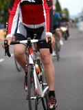 Cyklist under sprinta som segrar etappen av det cykla loppet Royaltyfri Bild