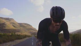 Cyklista biec sprintem w górę wzgórza zbiory wideo