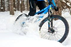 Cyklista Dryfuje na rowerze górskim w Lasowym Krańcowym sporcie Jechać na rowerze pojęcie Pięknej zimy Enduro i Zdjęcie Royalty Free