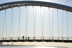 Cyklista i piechur w sylwetce na Humber zatoki łuku moscie zdjęcia stock