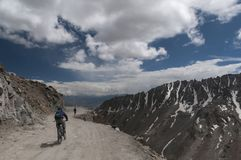 Cyklista jazda w Khardungla Przechodzi dalej Leh Nubra drogę zdjęcie stock