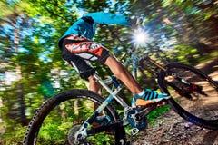 Cyklista jazda z agresywnymi zwrotami Obraz Royalty Free