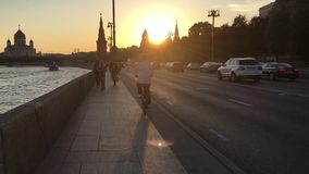 Cyklista jedzie na Strida wzdłuż bulwaru w Moskwa zbiory