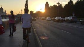 Cyklista jedzie na Strida wzdłuż bulwaru w Moskwa zbiory wideo