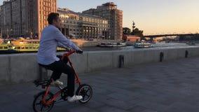 Cyklista jedzie na Strida wzdłuż bulwaru w Moskwa zdjęcie wideo