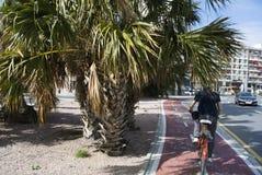 Cyklista jedzie przez ulic Walencja, Hiszpania zdjęcie royalty free