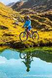 Cyklista kobieta w wzrostów mountais Obraz Stock