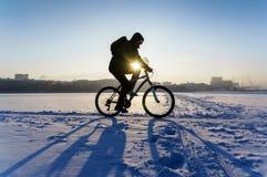 Cyklista krzyżuje zamarzniętego staw mroźny ranek w Ekaterinburg Obrazy Royalty Free