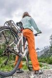 Cyklista ma odpoczynek na jej wycieczce Obraz Stock
