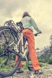 Cyklista ma odpoczynek na jej wycieczce Obrazy Stock
