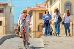 Cyklista na Bridżowym Santa Trinita, Florencja, Włochy Obrazy Stock