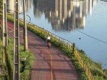 Cyklista na rowerowym pas ruchu blisko Pinheiros rzeka fotografia royalty free