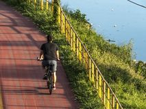 Cyklista na rowerowym pas ruchu blisko Pinheiros rzeka zdjęcia stock