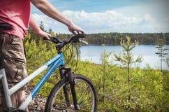 Cyklista na tle lasowy jezioro Obrazy Royalty Free