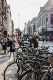 Cyklista parkuje jego rower na Oxford Street, Londyn, UK zdjęcie stock