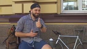 Cyklista pokazuje jego kciuk up na ulicie zbiory