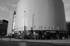 Cyklista przechodzi wielkim, kształtującym budynkiem Unive, zdjęcie stock