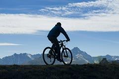 Cyklista przeciw góra krajobrazowi fotografia royalty free
