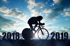 Cyklista przejażdżka na drogowym bicyklu przy zmierzchem Nowego Roku 2019 pojęcie obrazy royalty free