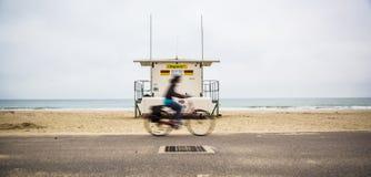 Cyklista przejażdżki przechodzili życie strażnika stację Obraz Stock