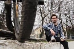 Cyklista quenches pragnienie woda pitna Fotografia Royalty Free