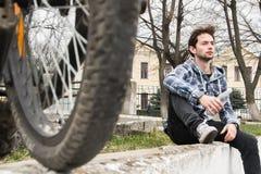 Cyklista quenches pragnienie woda pitna Zdjęcie Royalty Free