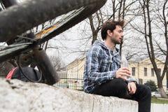 Cyklista quenches pragnienie woda pitna Obraz Stock