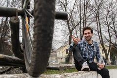 Cyklista quenches pragnienie woda pitna Obrazy Stock