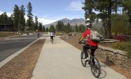 Cyklista rodziny przejażdżki w spadku Obraz Stock