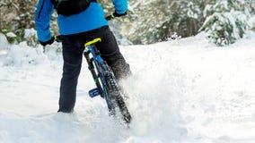 Cyklista w Błękitny Dryfować na rowerze górskim w Pięknej zimy Lasowym Krańcowym sporcie i Enduro Jechać na rowerze pojęcie Obrazy Stock