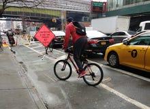 Cyklista w Miasto Nowy Jork, budowa w roweru pasie ruchu, Przechodzi Z ostrożnością, NYC, usa Obrazy Royalty Free