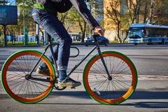 Cyklista w mieście Rowerowy zakończenie Zdjęcie Stock