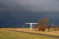 Cyklista w złej pogodzie Zdjęcia Stock