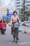 Cyklista z oddech ochroną, Kunming, Chiny Zdjęcie Stock