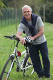Cyklista zatrzymujący w parku Zdjęcie Stock