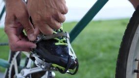 Cyklistbandpedaler med t?gem p? en tappningsp?rcykel p? velodrome arkivfilmer