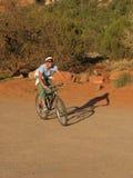 cyklistbergkvinna Royaltyfri Fotografi