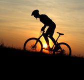 cyklistbergsilhouette Royaltyfria Bilder
