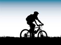 cyklistbergsilhouette Fotografering för Bildbyråer