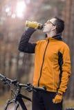 Cyklistdrinkvatten från flaskan Arkivbilder