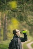 Cyklistdrinkvatten från flaskan Arkivbild