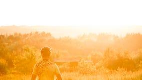 Cyklisten beundrar solnedgång Beautifu frontal ljus efter regn royaltyfria foton