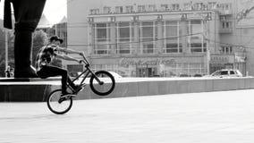 cyklisten gör trick royaltyfria bilder