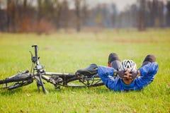 Cyklisten har en vila med cykeln Fotografering för Bildbyråer