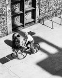 Cyklisten mellan grafitti och cement royaltyfri foto