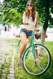 Cyklisten parkerar in Arkivbild
