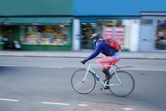 Cyklisten rusar in Arkivbild